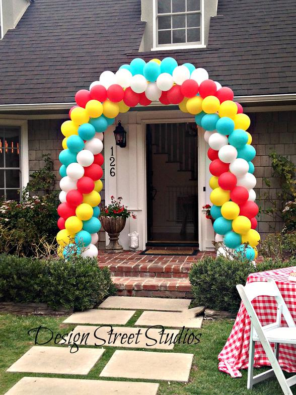 Front entrance balloon arch